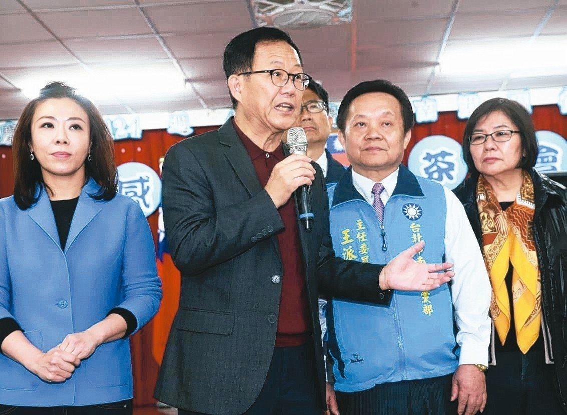 國民黨參選台北市長失利的丁守中(左二),昨天出席南港區後援會感恩茶會。 記者黃義...