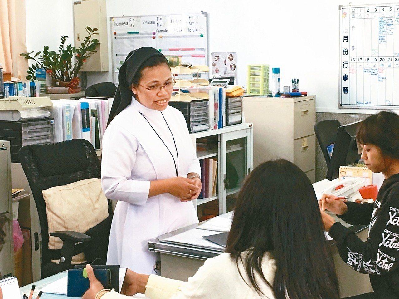 譚法蓮修女(左)獲選為2018新竹市城市英雄。 圖/新竹市府提供
