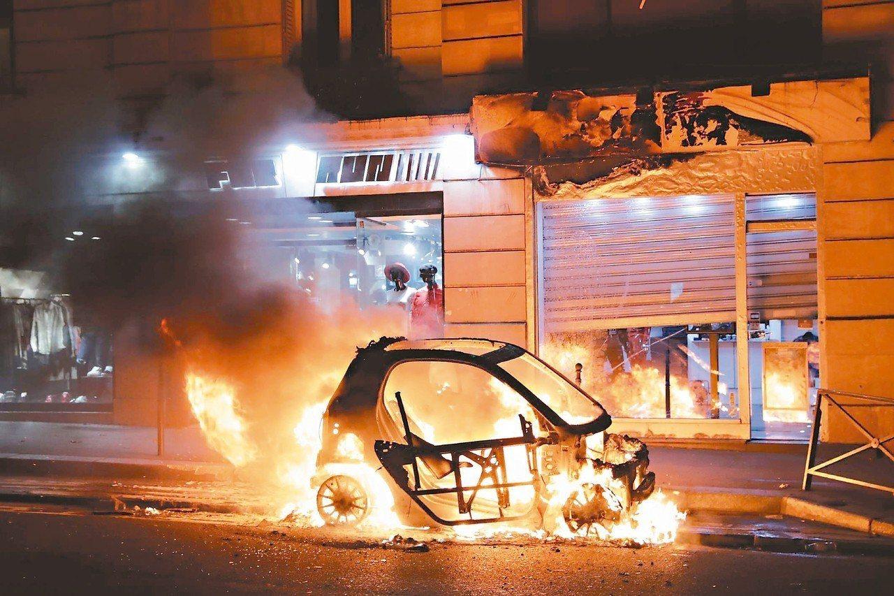 巴黎黃背心示威者八日在市政廳附近縱火燒車。 (法新社)
