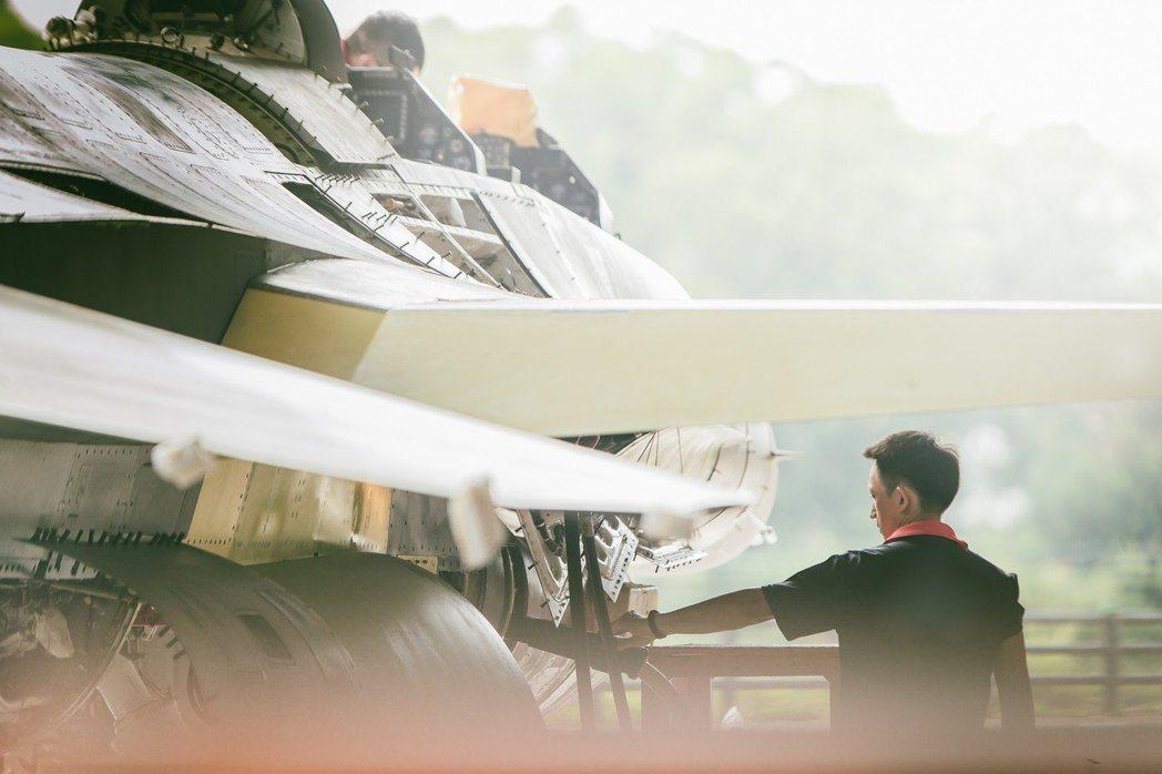 國防部108年的國軍形象月曆「衛疆」,披露F-16V改裝生產線。 圖/國防部提供