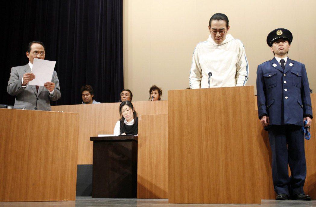 遭日本檢方起訴的嫌犯,百分之九十九點九會被判有罪。圖為日本演員模擬庭審狀況。(路...