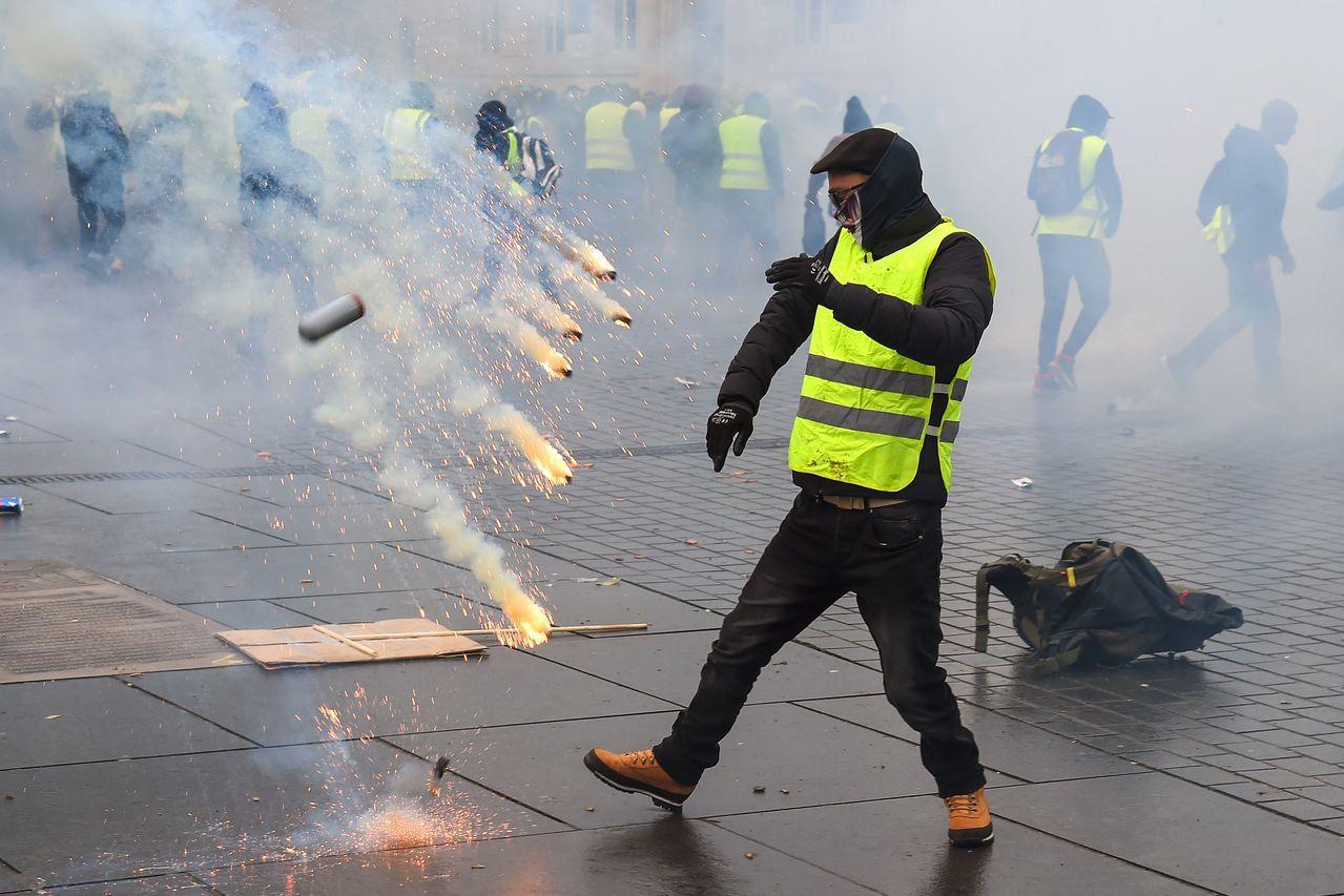 法國西南部城市波爾多的黃背心示威者,八日與鎮暴警察發生衝突。 (法新社)