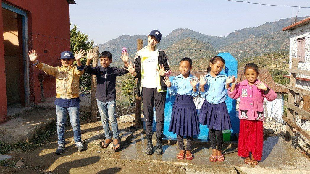 張鈞甯教導孩子們洗手衛生觀念。記者杜沛學/攝影