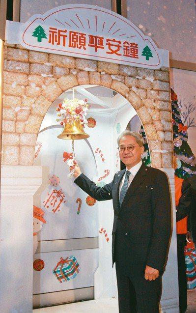 台新金控總部大樓搭建2座高11公尺的平安鐘樓,董事長吳東亮7日敲響平安鐘祈願。 ...