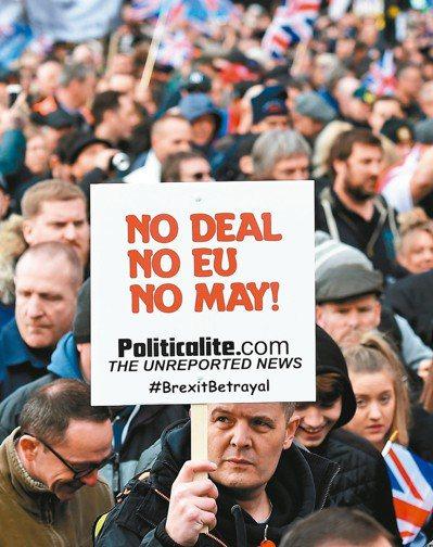 英國獨立黨9日帶領支持脫歐遊行,民眾高舉「不要協議、不要歐盟、不要梅伊」標語。美...