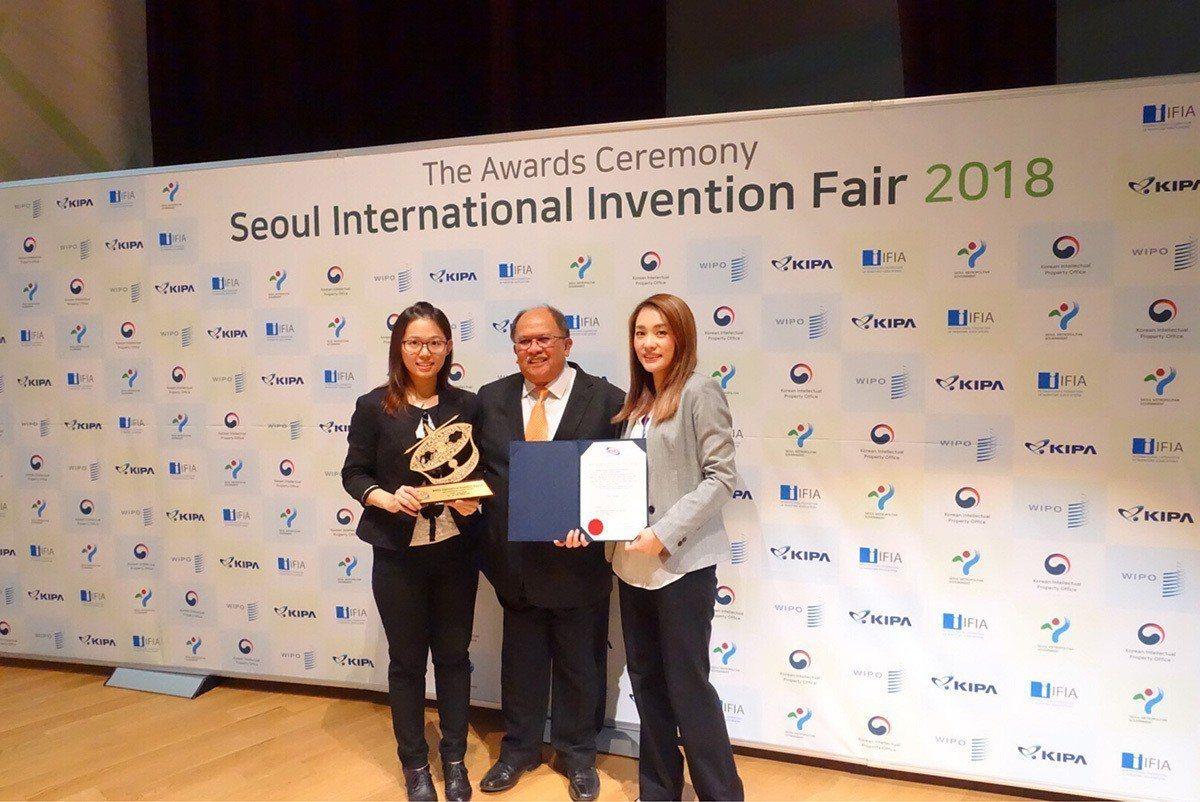 益生菌技術榮獲大會特別獎。左起為葡萄王生技研發處 林靖倚專員、馬來西亞發明協會會...