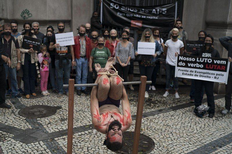 12月9日世界人權日前夕,巴西民眾扮演酷刑受害者,聲援受害者之人權。 圖/美聯社