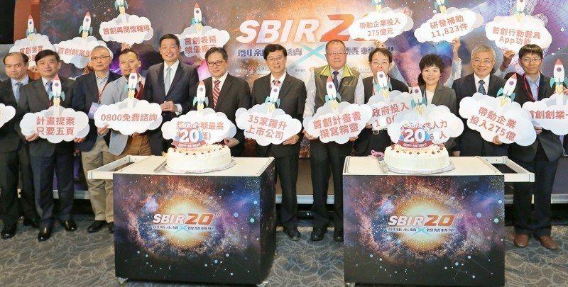 經濟部中小企業處處長吳明機(左6)出席「SBIR二十周年成果展」。 中企處/提供