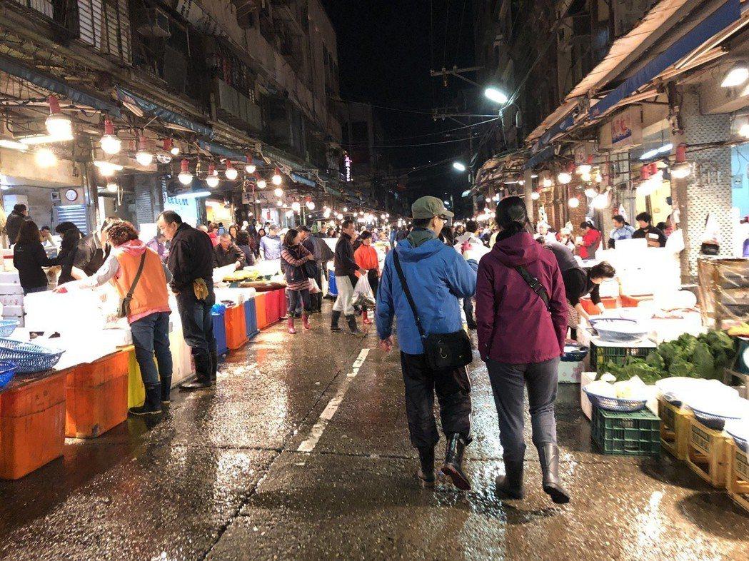跟著L走訪崁仔頂魚市場。圖/鄭雅嬬提供