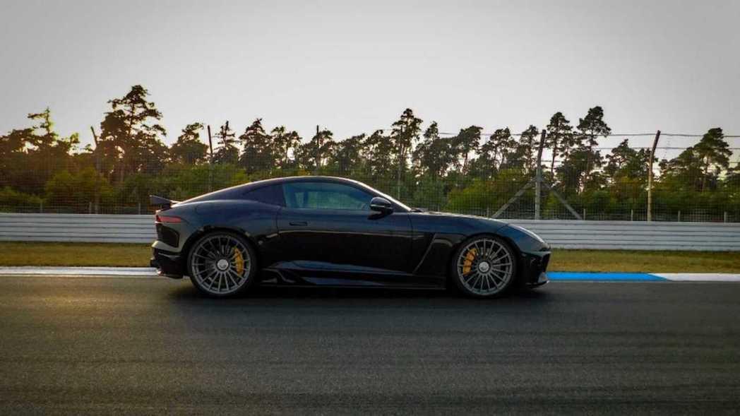 經改裝後,V8機械增壓的0-100km/h加速也挺進了3秒內。 摘自Arden