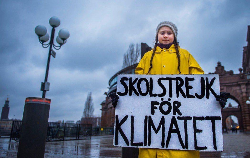 葛莉塔在今年11月於瑞典舉辦的氣候變遷會議場外舉牌表達自己的訴求。圖/路透社
