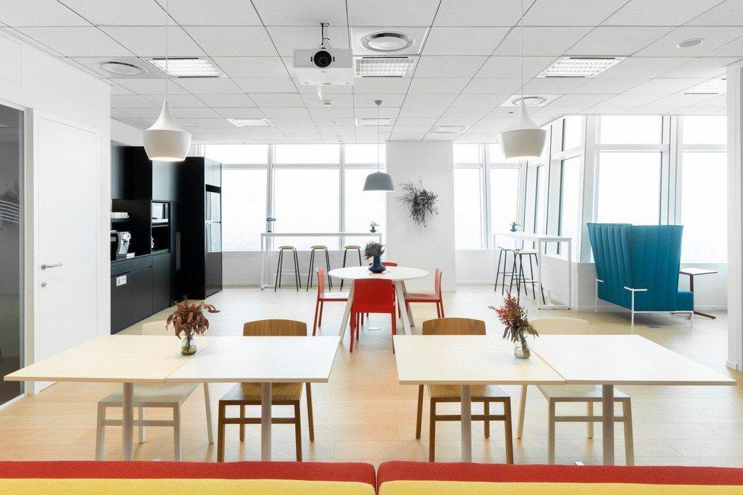 辦公室開放空間擁有各種不同工作區塊,讓員工選擇符合個人需求的工作環境。 圖/國際富豪汽車提供
