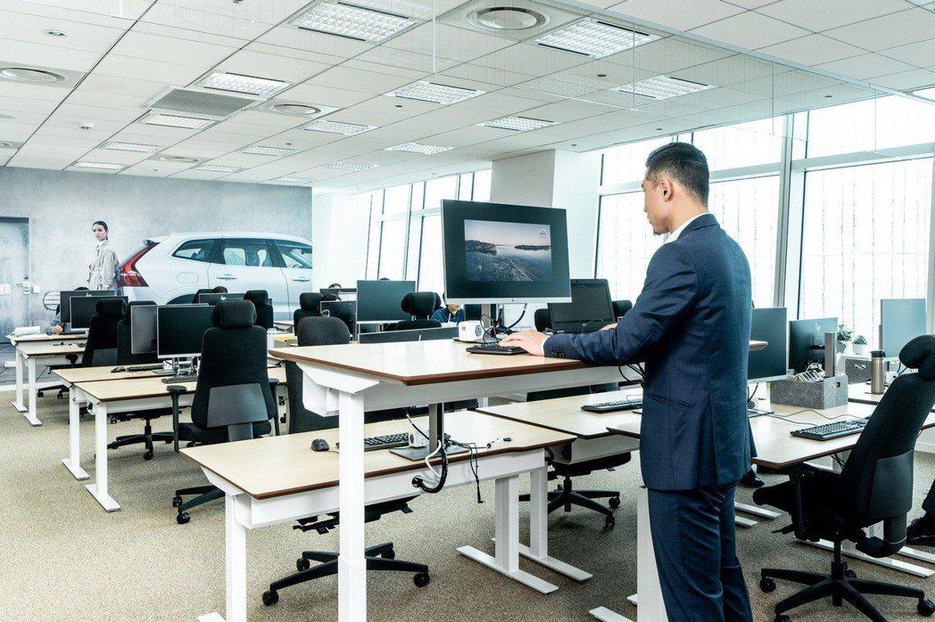 採用符合人體工學的瑞典品牌 SENAB 辦公椅,搭配電動抬高式辦公桌,讓員工也能依各人舒適度的需求選擇坐或站著工作。 圖/國際富豪汽車提供