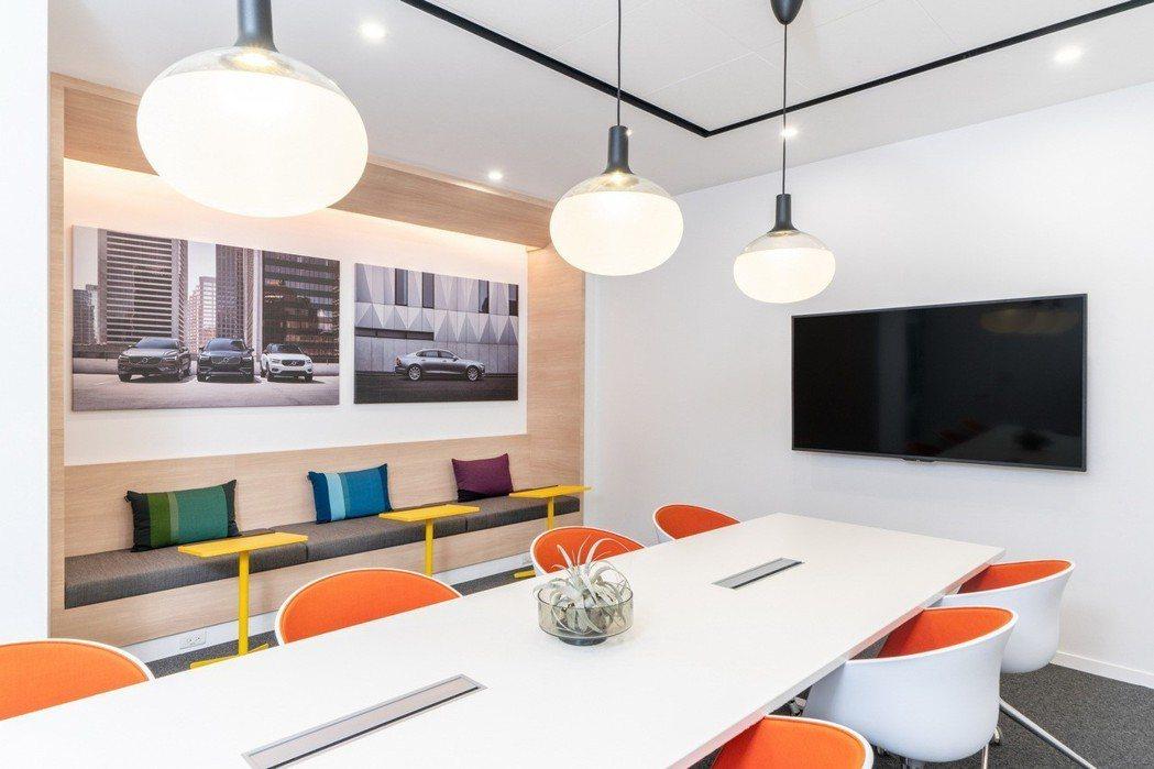 在VOLVO台灣分公司中,所有的會議室皆為節能感應式會議室,在會議預約時間內超過15分鐘無人使用,即會自動斷電,節省能源。 圖/國際富豪汽車提供