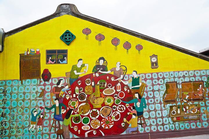 迪化207博物館の展望台からは旧正月の家族団らんに備えたにぎやかな街の様子を見る...