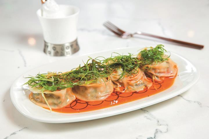 ピータンと豆腐入りの水餃子にラー油を添えた「紅油皮蛋豆腐餃」は、中華と西洋の食材...