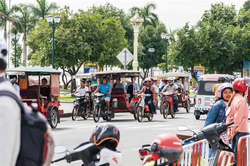 金邊市區商業繁榮,交通擁擠。