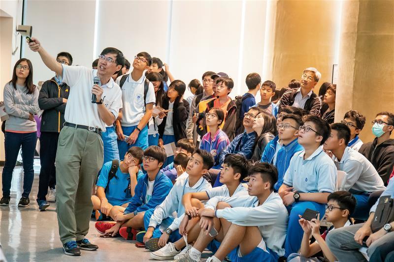 研究員分享研究成果,點燃年輕學子對知識的好奇。