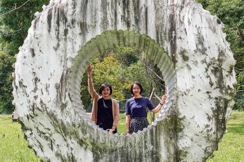 林婷嫻(右)與張語辰(左)組成研之有物團隊,為中研院塑造出新貌。