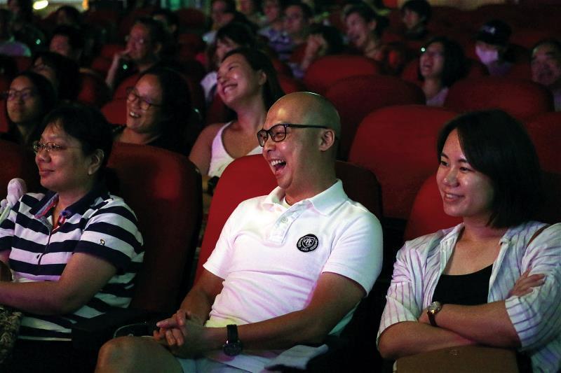 相聲演員在台上舌燦蓮花,機鋒不斷,駕馭著觀眾的心緒,笑聲不斷。