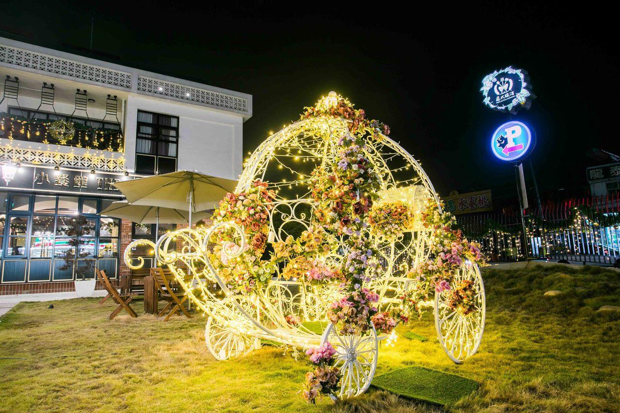 草坪區這輛以嬌貴花草妝點而成的幸福銀白聖誕馬車,立即秒殺手機與相機記憶體。 蔡氏...