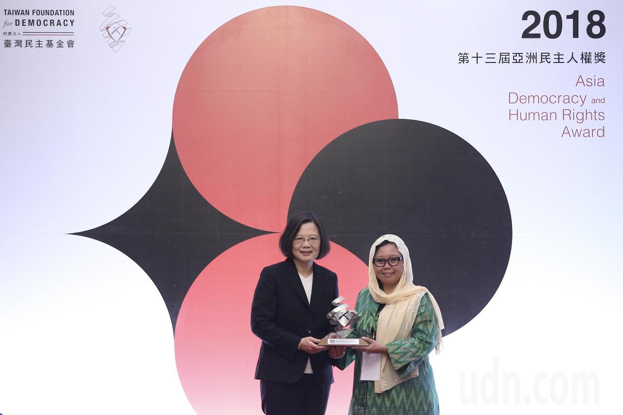 蔡英文總統(左)上午出席「第13屆亞洲民主人權獎頒獎典禮」,頒發獎狀及獎金給「印...