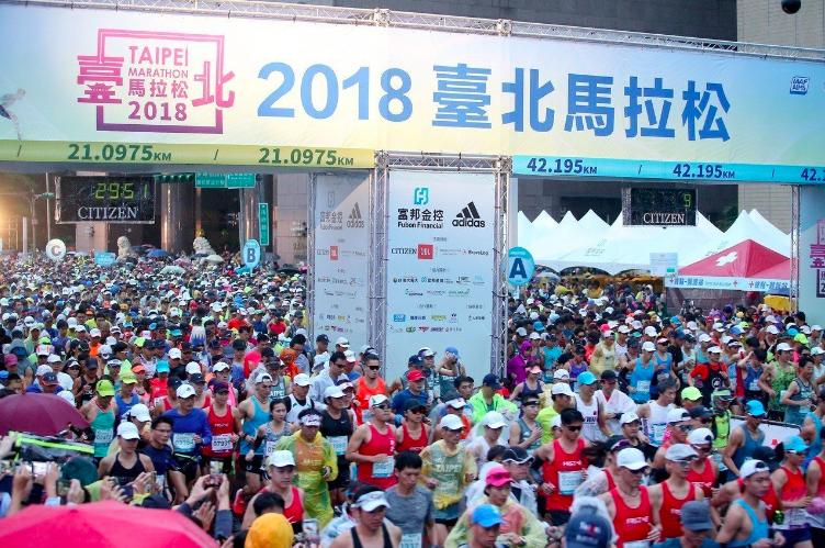 2018台北馬拉松昨天在市政府前廣場登場,600餘名大陸跑者參賽。記者余承翰/攝...