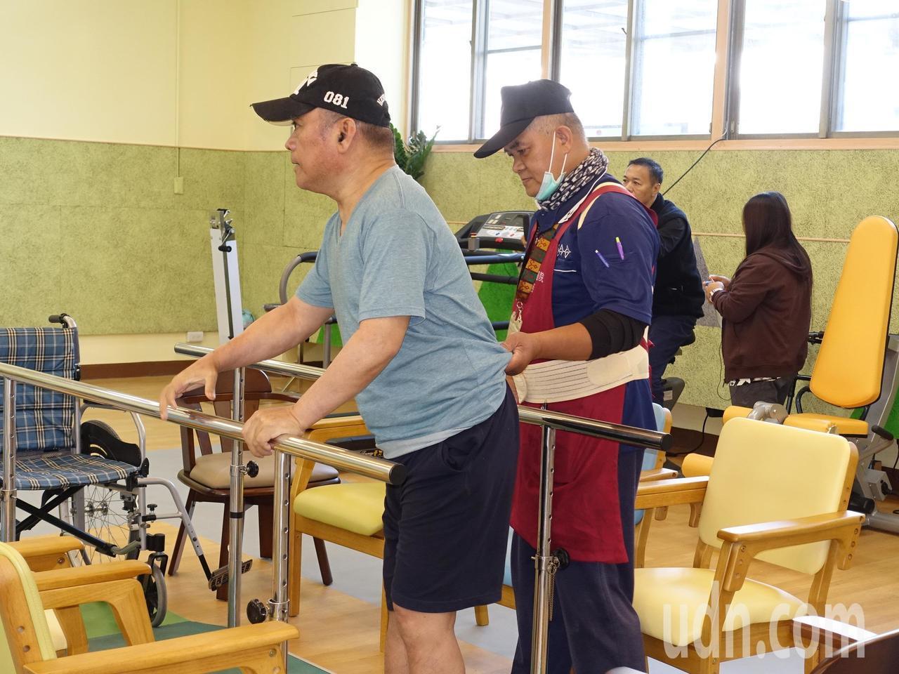 機能中心現場設有許多適合復建的設施,方便老人家在此訓練肌力。記者翁禎霞/攝影