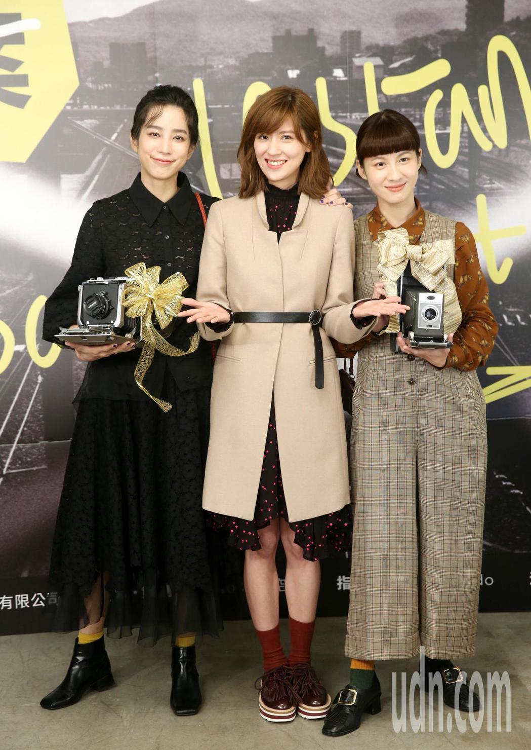 林予晞攝影個展「時區檔案」今天舉行開幕記者會,好友連俞涵(右)、溫貞菱(左)現身...