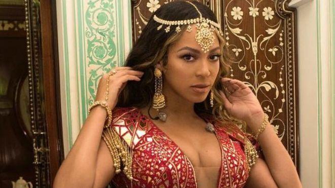 碧昂絲9日晚間為婚禮獻唱,她在自己IG上分享一張身穿珠寶鑲嵌的印度服飾照片。取自...