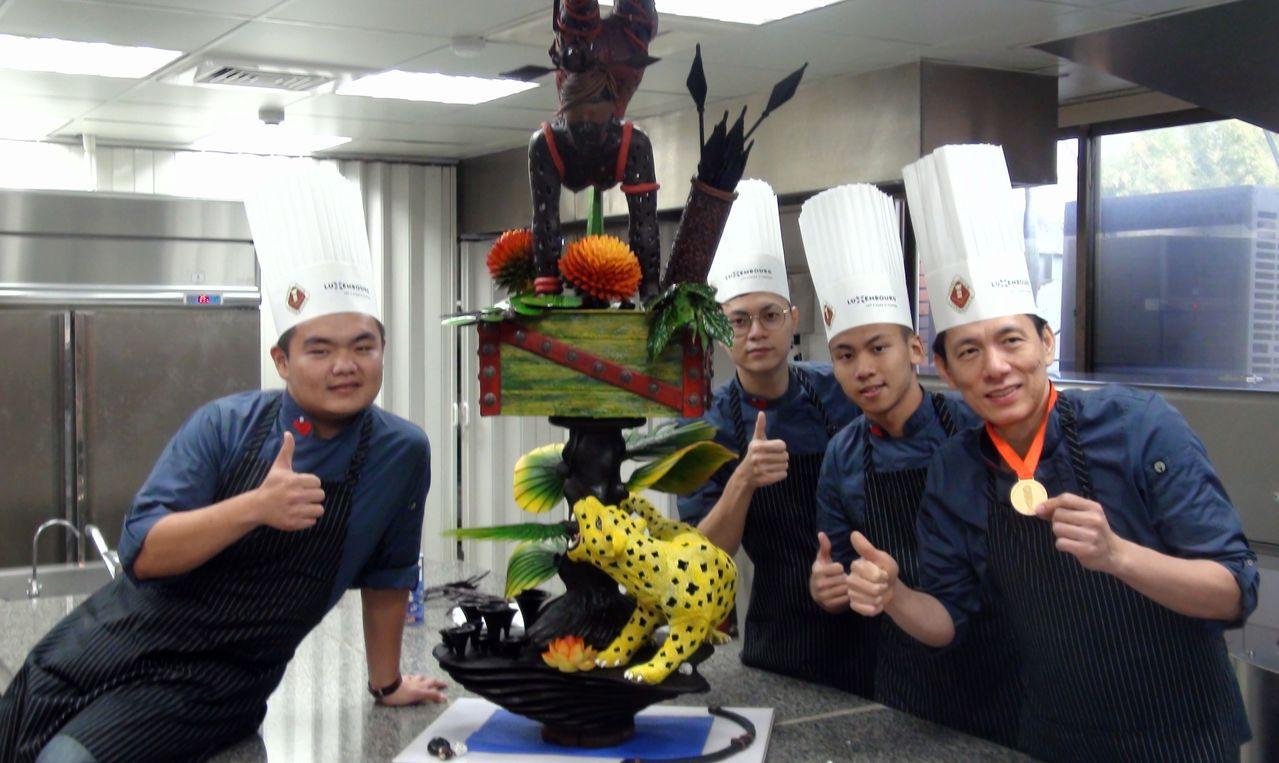 義守大學廚藝系助理教授李建生(右一)率學生參加盧森堡世界盃廚藝競賽,拿下金牌。記...