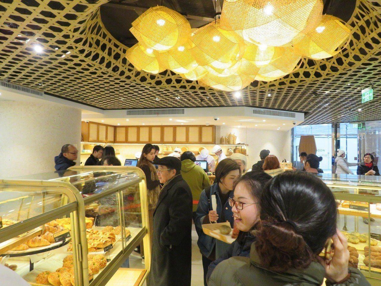 吳寶春麵包店位於上海淮海中路的門店,10日下午依然持續有人上門消費。特派記者林則...