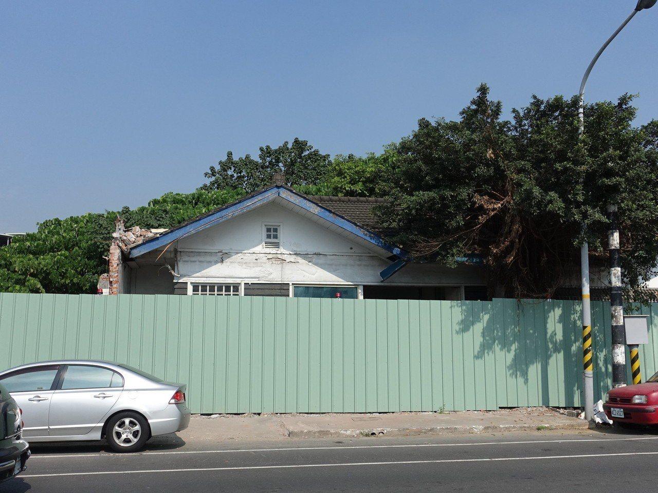屏東市區列入歷史建築的眷舍已達160幢,有些被已鐵皮包覆,等待修復。記者翁禎霞/...