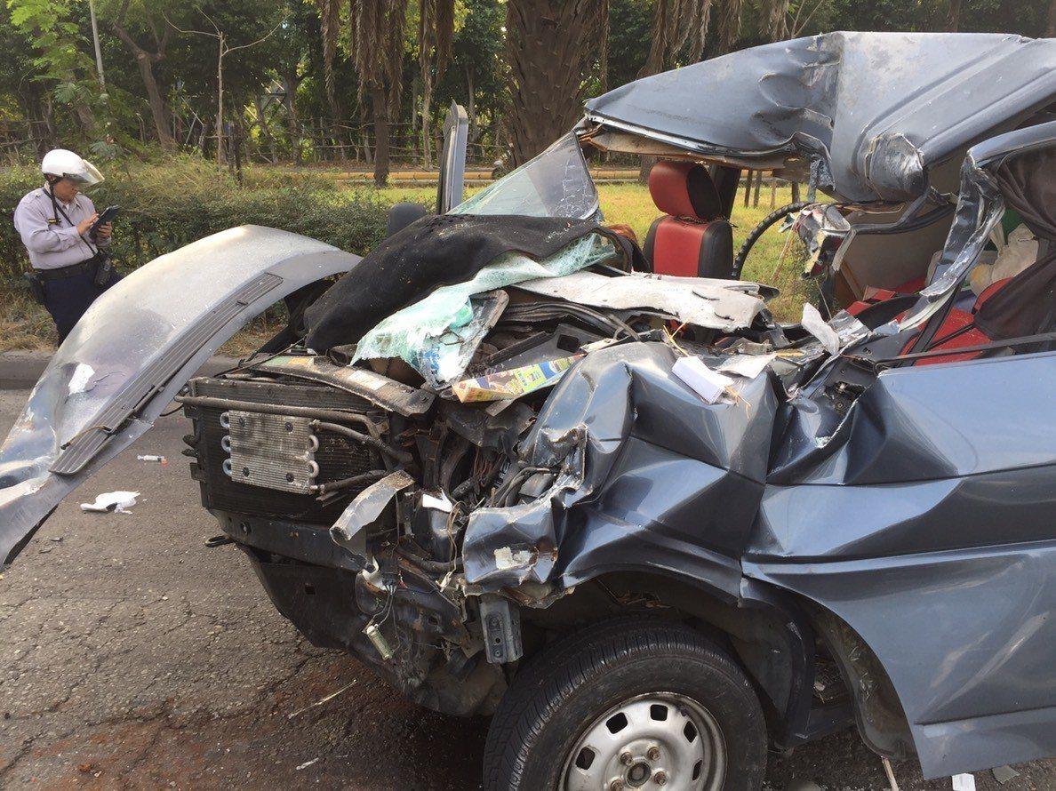 福斯廂型車的車頭全毀。記者林伯驊/翻攝