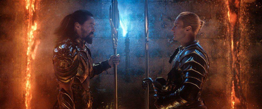傑森摩莫亞(左)將在「水行俠」中阻止同母異父的弟弟「歐姆」毀滅陸地世界。圖/華納...