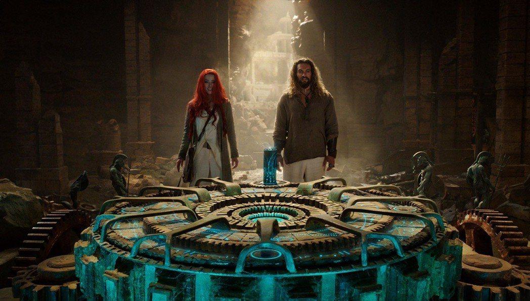 傑森摩莫亞(右)與安柏赫德(左)在「水行俠」中並肩作戰,展開偉大冒險。圖/華納兄...