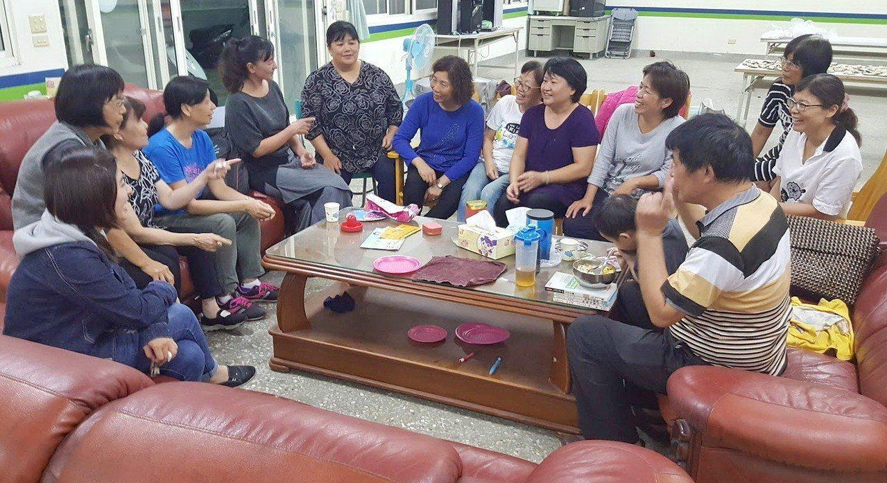 東勢鄉婦女首度投入參與式預算的分組討論,還舉行沙發談話會,每個人用心提出建言,展...