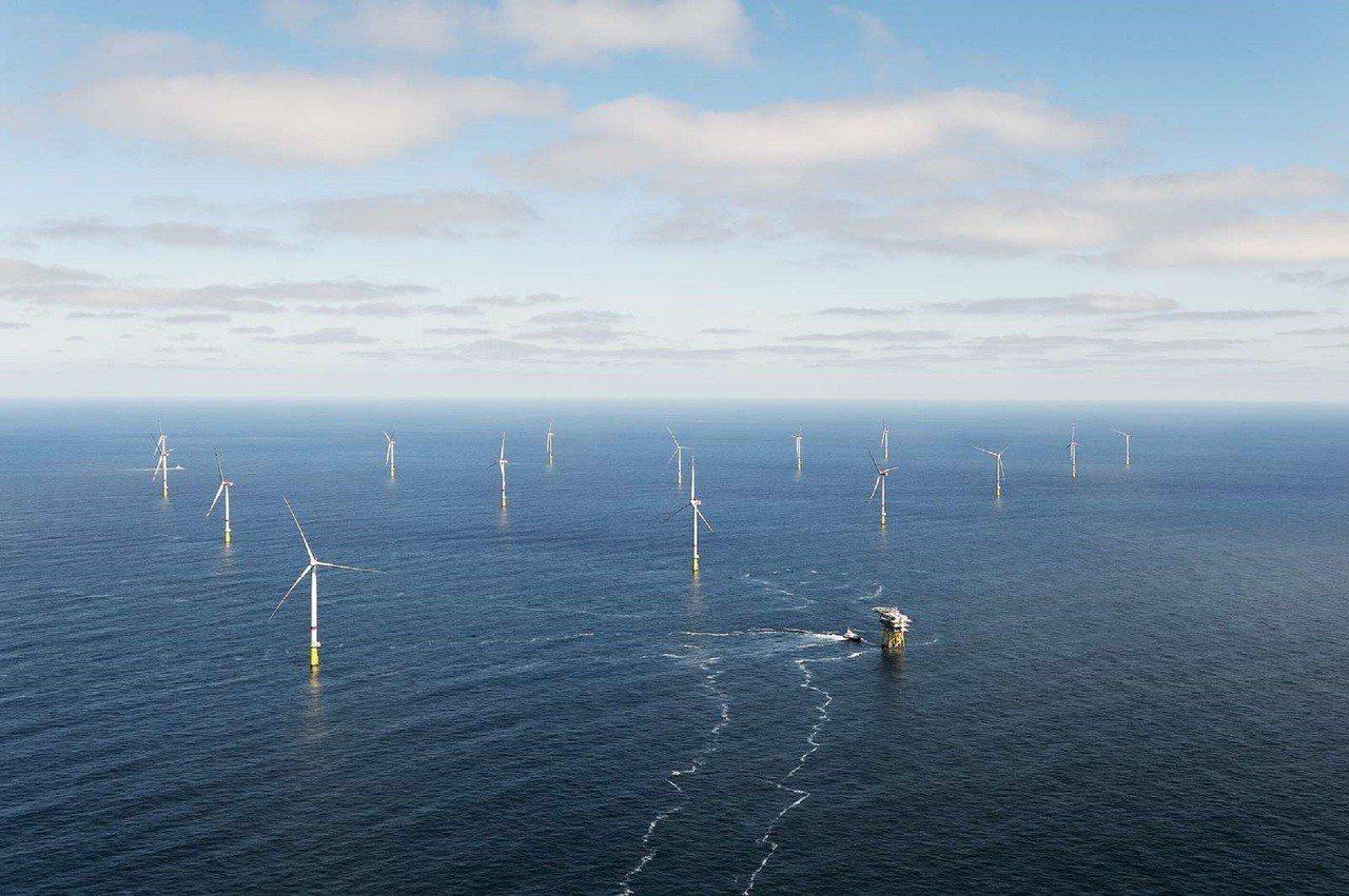 漁業署今天(10日)已發出「有條件同意函」給部分離岸風電開發商,但風電商對在今、...