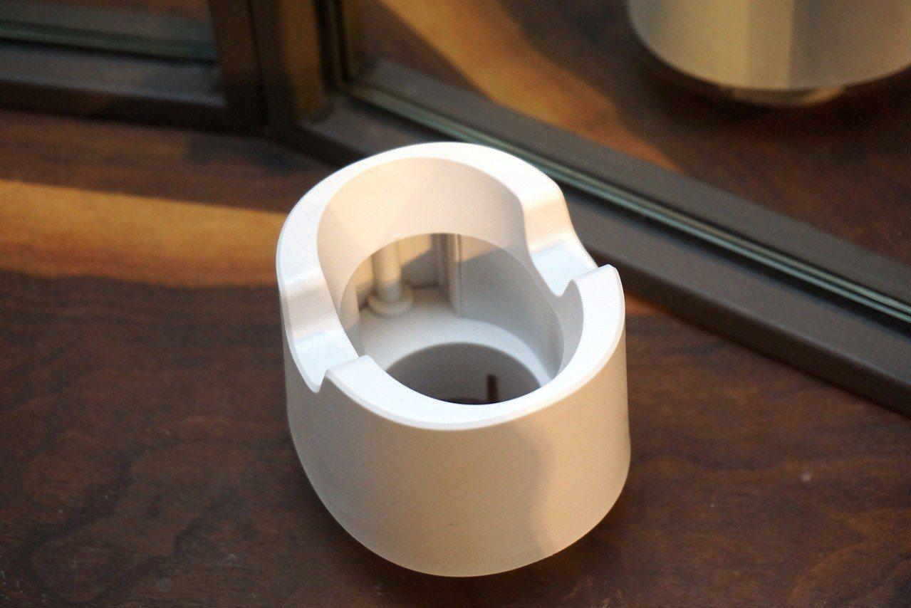 吹風機附有獨創專利的Care Dry風罩,可吹出自然蓬鬆髮型。記者黃筱晴/攝影