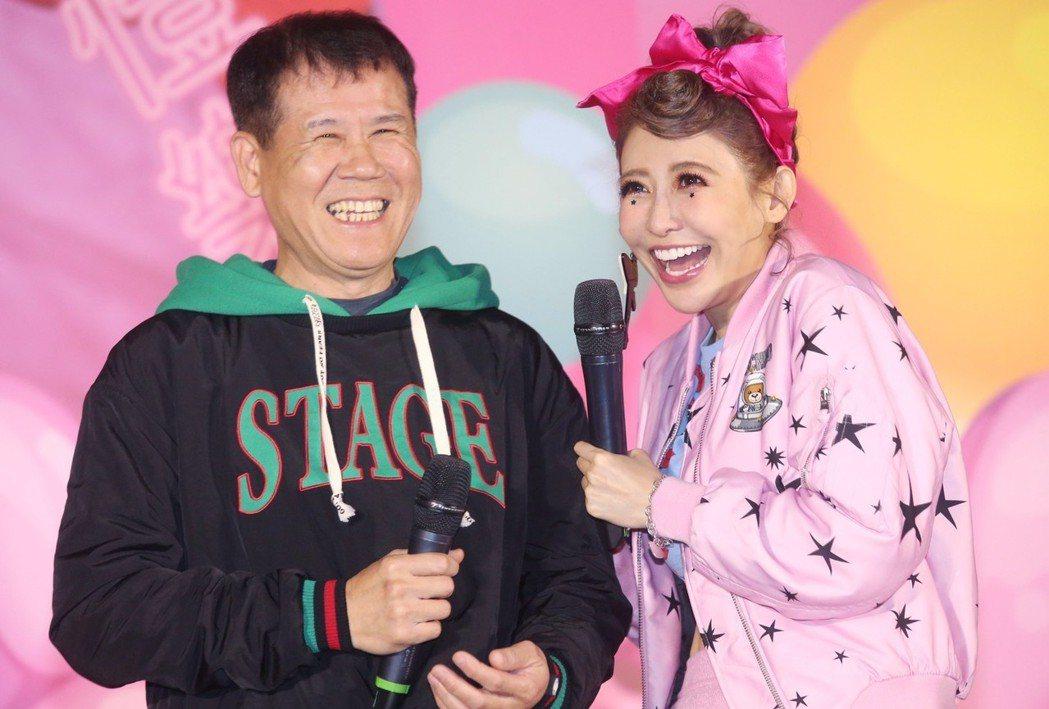 愷樂11日舉辦發片記者會,爸爸(左)也到場支持。記者林俊良/攝影