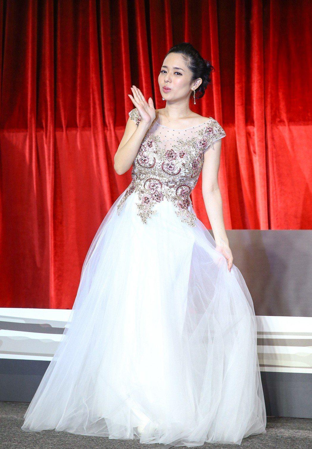 前AV女優蒼井空下午出席「這就是愛」答謝記者會,甜蜜宣布已經懷有約五月身孕,明年