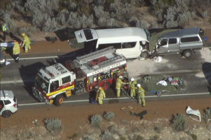 澳洲伯斯周日(9日)發生一起嚴重車禍,一輛小巴與一輛汽車相撞,導致3人死亡、逾1...