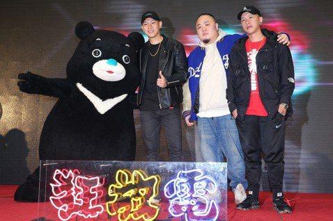 由瘦子、小春、大淵組成的頑童MJ116,11日參加台北最High新年城跨年活動記者會,他們提到跨年表演會有一些小巧思獨厚台北歌迷,至於會唱幾首歌,瘦子說:「4466。」接著反問團員:「我們要唱幾首?...