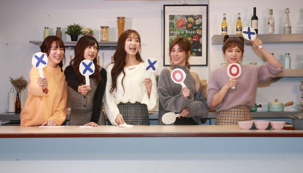 俏廚娘洪詩料理節目 ,請來Popu Lady庭萱(左起)、大元、洪詩、宇珊、寶兒...