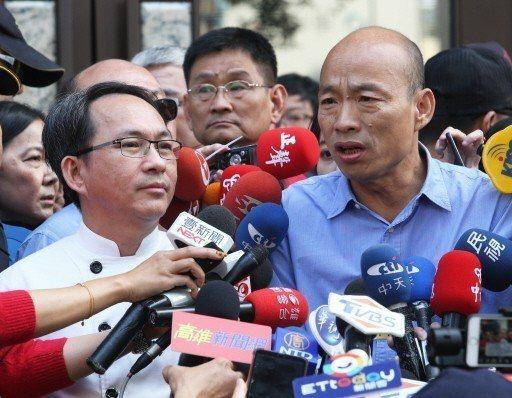 高雄市長當選人韓國瑜(右)昨陪麵包師傅吳寶春開記者會。 記者劉學聖/攝影