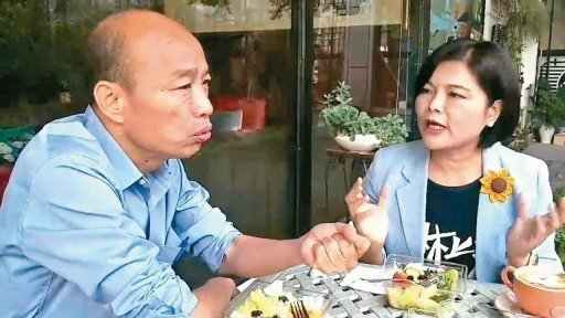 高雄市長當選人韓國瑜(左)在競選期間,多次幫雲林縣長當選人張麗善站台,還在高雄公...