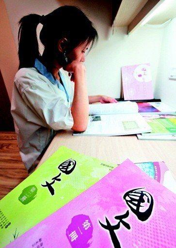 未來高中國文教學、考試,不只文白比改變,強調跨學科的素養導向更增加難度,讓學習告...