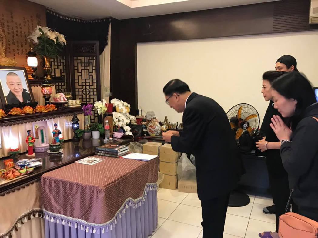 陳水扁向安迪致祭。 圖/擷自陳水扁新勇哥物語臉書