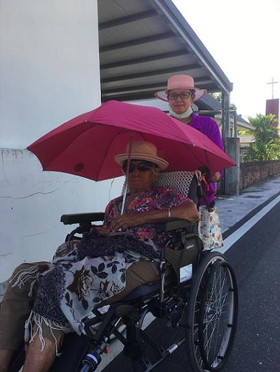 孫大川副院長的一百多歲母親和照顧者mona(孟納)。 圖片提供/愛長照