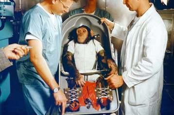 黑猩猩漢姆與訓練牠的科學家們。 圖/取自NASA TV